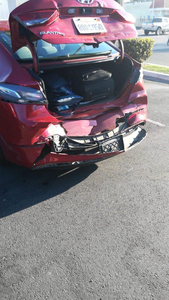 La nostra auto appena noleggiata completamente distrutta nella parte posteriore. Il nostro inizio con il botto dell'on the road americano e Las Vegas che dovrà aspettare