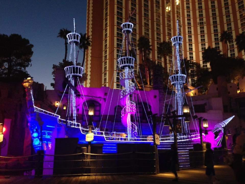 Il vascello di fronte al Treasure Island pronto per lo spettacolo delle Sirene Scoprire Las Vegas