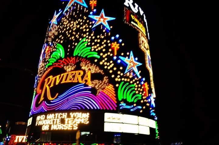 La luminosa e colorata facciata del Riviera casinò, prima della sua distruzione nel giugno 2016 Scoprire Las Vegas