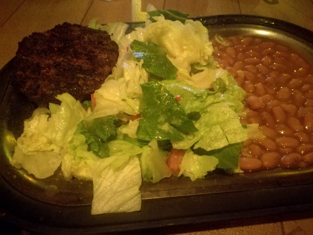 Hamburger con insalata e fagioli - Un classico al The Swinging Steak - Dove dormire vicino alla Monument Valley Mexican Hat Lodge