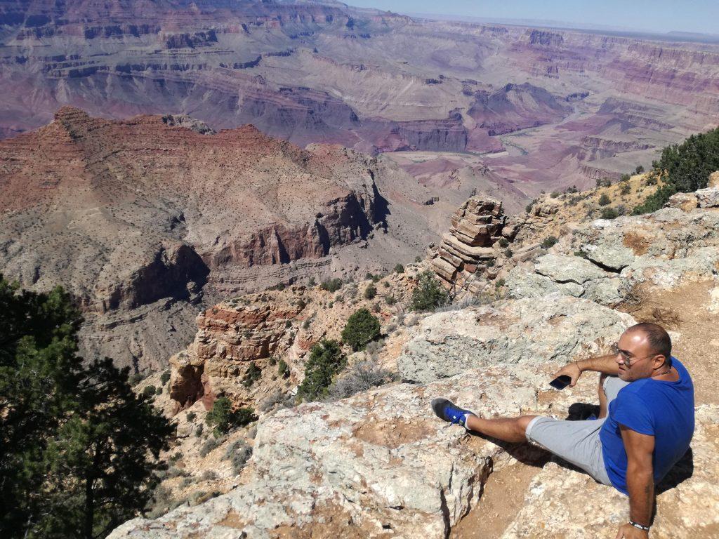 Visita alla Monument Valley e Grand Canyon . Dome che nonostante le vertigini si affaccia sul bordo del Grand Canyon