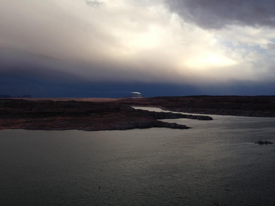 Navajo Generating Station sullo sfondo di un meraviglioso Lake Powell - Page - Arizona