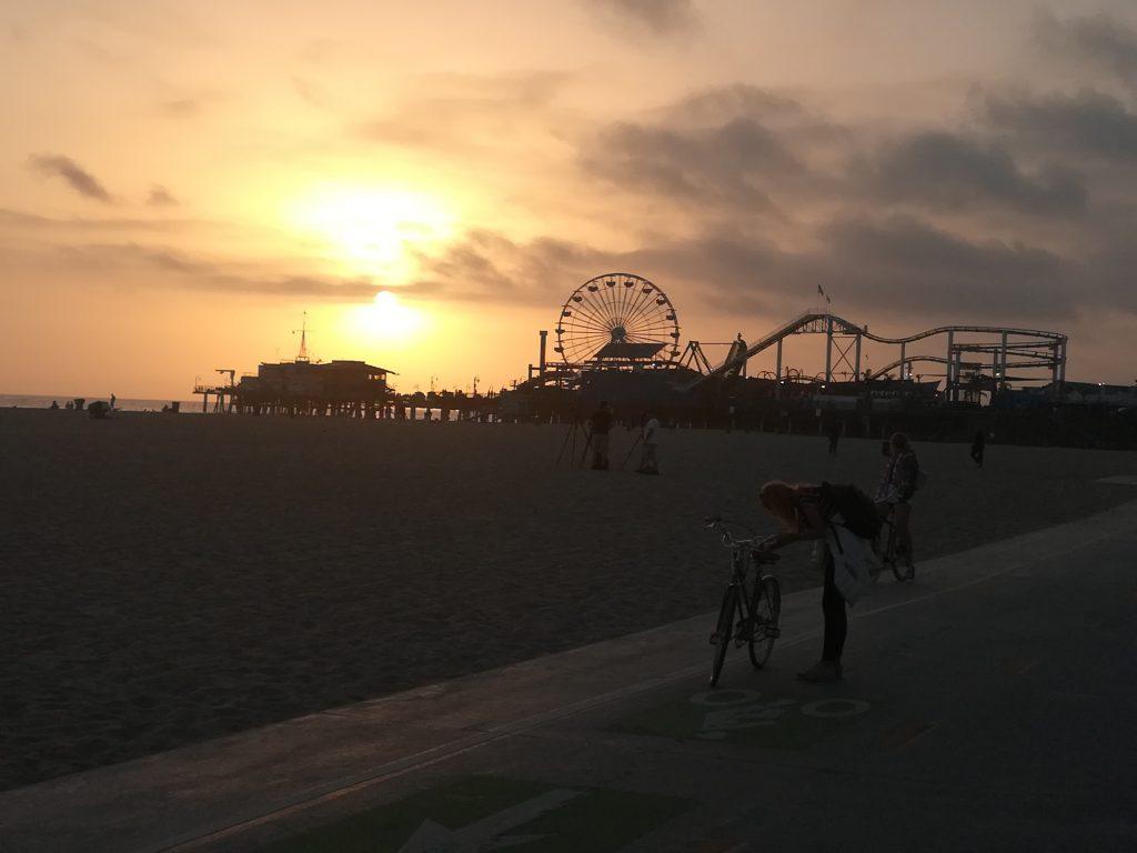 bici Santa Monica Venice tramonto con il Pier di Santa Monica in lontananza