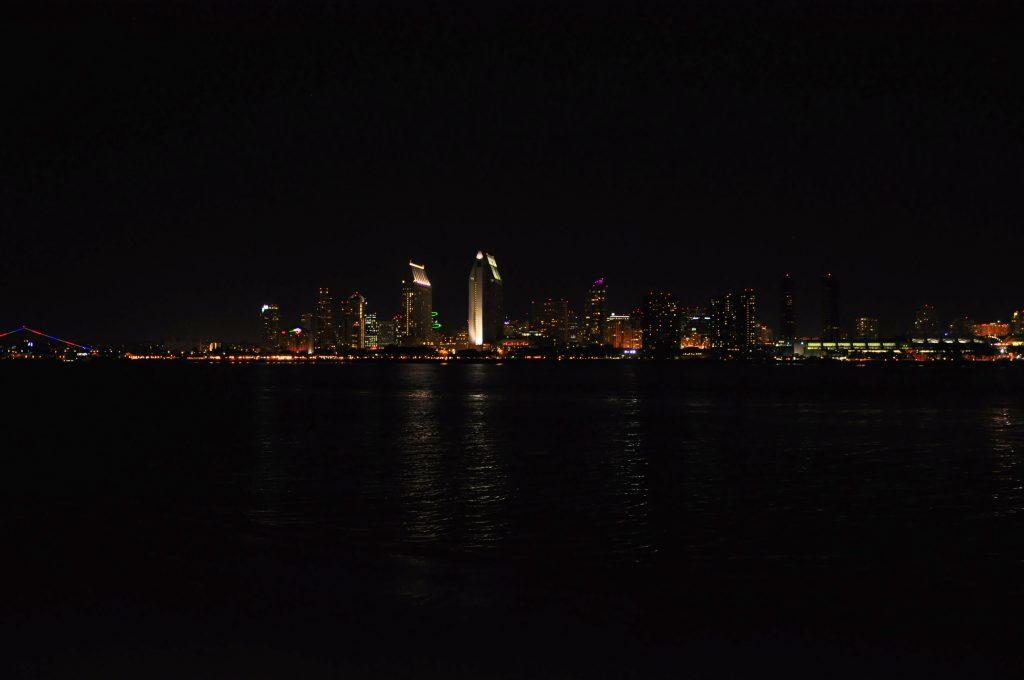 Skyline di San Diego di notte - vista da Coronado Island -