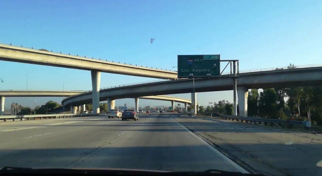 Intersezione di autostrade miracolosamente vuote, nei pressi di San Bernardino - Guidare negli Stati Uniti