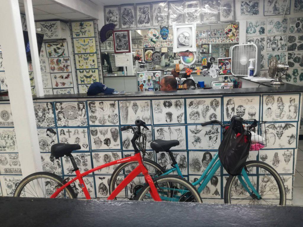 in bici da Santa Monica a Venice e finalmente ci facciamo anche tatuare- Dome tattoo in progress