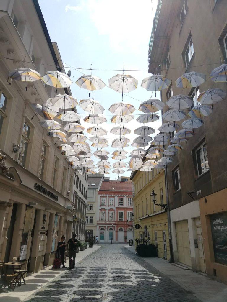 Bratislava in un giorno - Ombrelli appesi