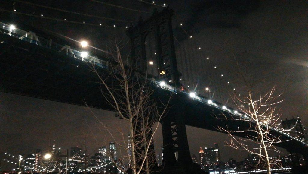 Il bellissimo Ponte di Brooklyn di notte