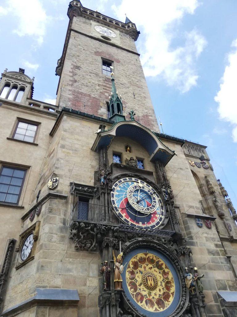 tour del Municipio della città Vecchia di Praga l'orologio astronomico visto dall'esterno in tutta la sua eleganza