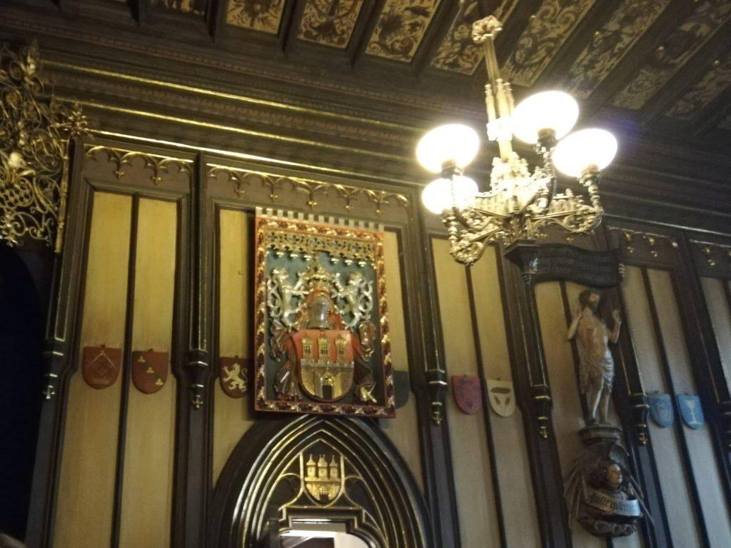 tour del Municipio della città Vecchia di Praga stemma in oro con le tre torri affisso alle pareti