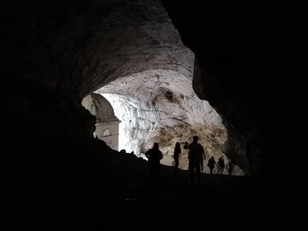 scorcio sul Tempio del Valadier dalle buie grotte posteriori