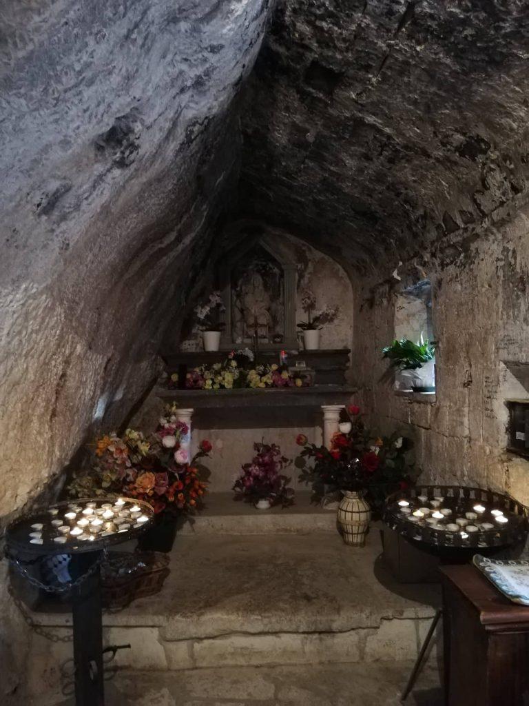 Eremo di Santa Maria Infra Saxa vicino al Tempio del Valadier Frasassi