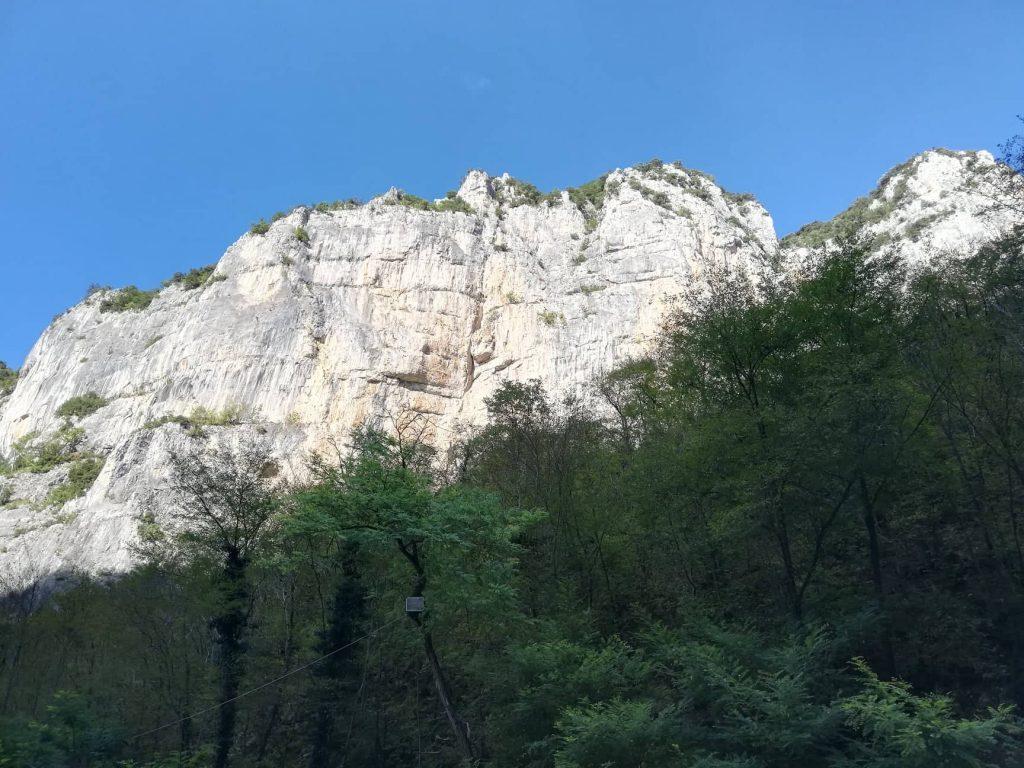 Tempio del Valadier immerso tra le rocce della Gola di Frasassi