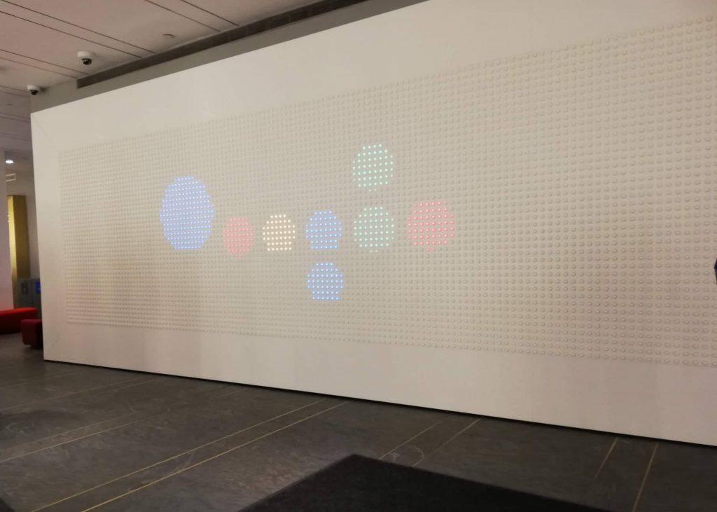 Sede di Google a New York ingresso con pannelli luminosi
