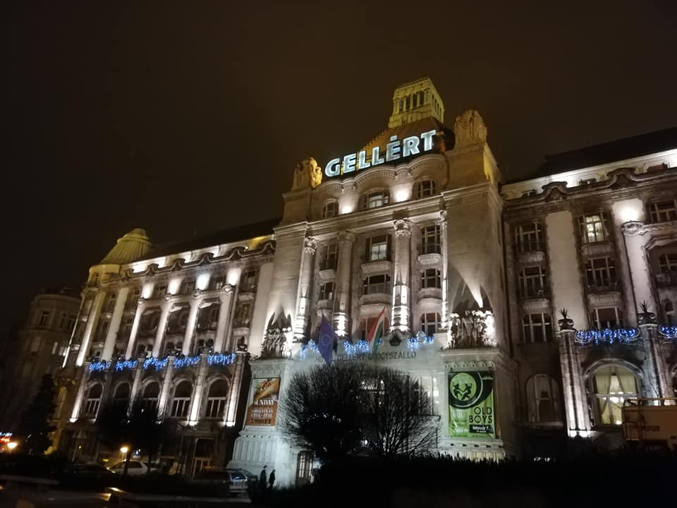 L'ingresso illuminato di notte delle terme Gellert a Budapest