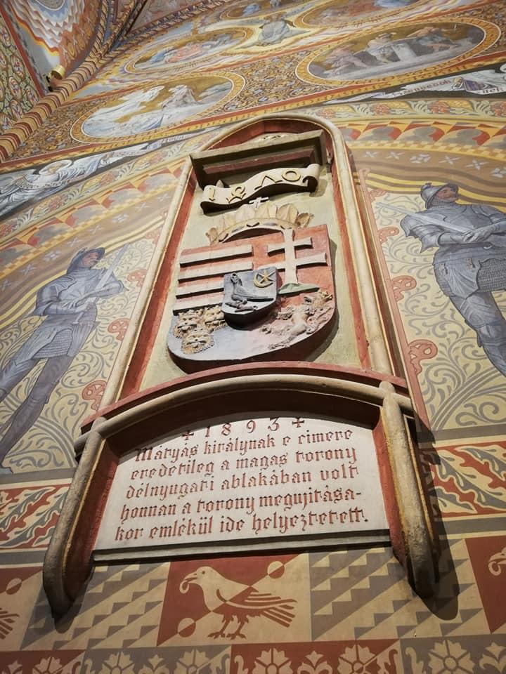 cosa vedere all'interno della Chiesa di Mattia a Budapest Lo stemma