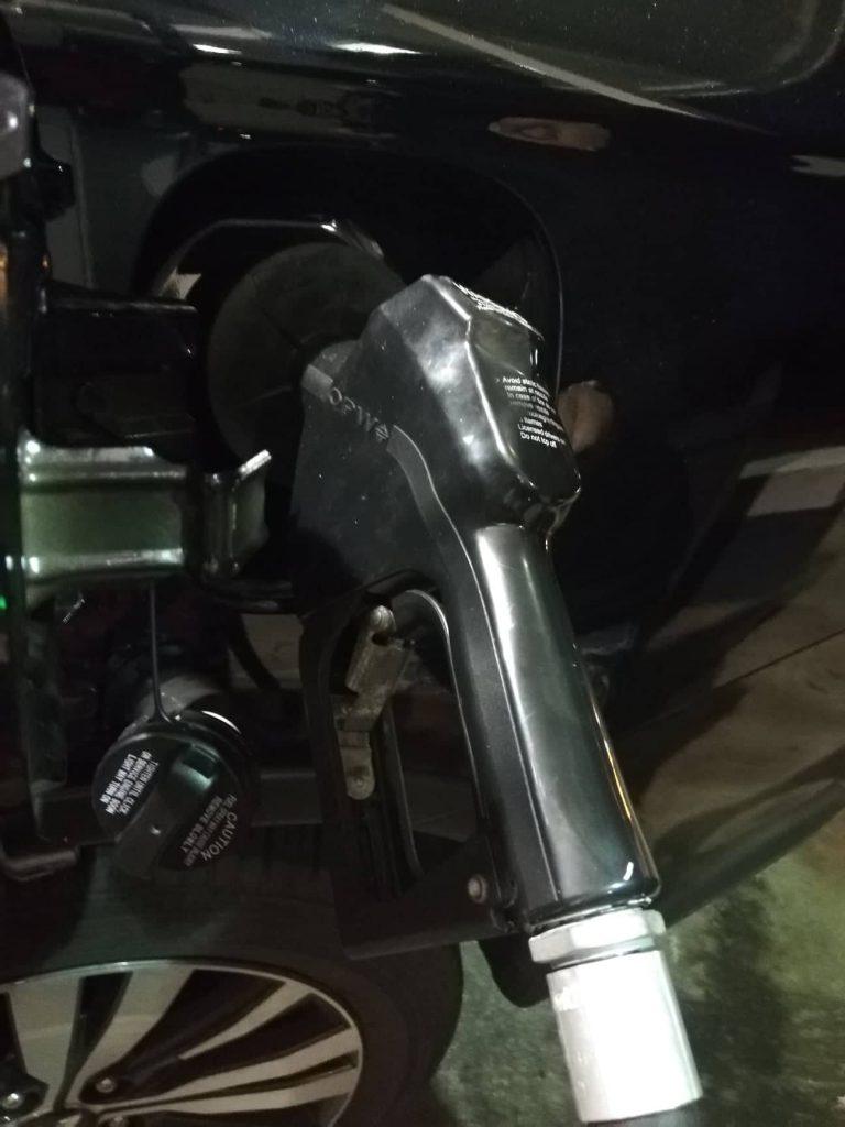 Supporto di sostegno per la pompa di benzina _ mettere benzina negli Stati Uniti