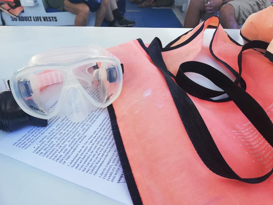 Giubbotto salvataggio, maschera e foglio da firmare a bordo di Fury Key West Sorkeling