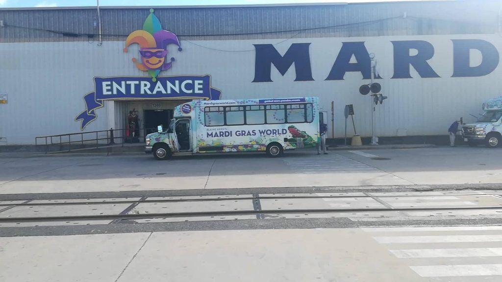 Navette gratuite che raggiungono il Mardi Gras World dal centro di New Orleans