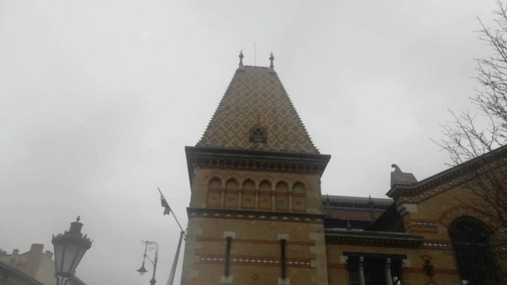 Piastrelle Zsolnay sul tetto del Mercato Centrale di Budapest - Dove trovare i migliori prodotti tipici