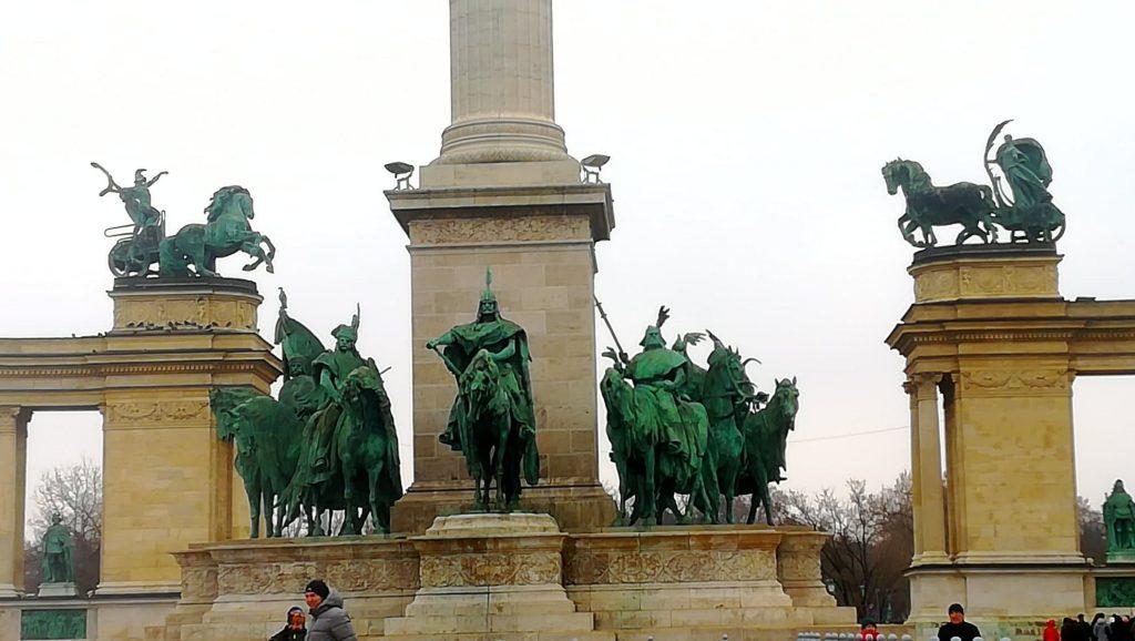 Piazza degli eroi - Il Monumento del Millennio e le sue statue - Budapest