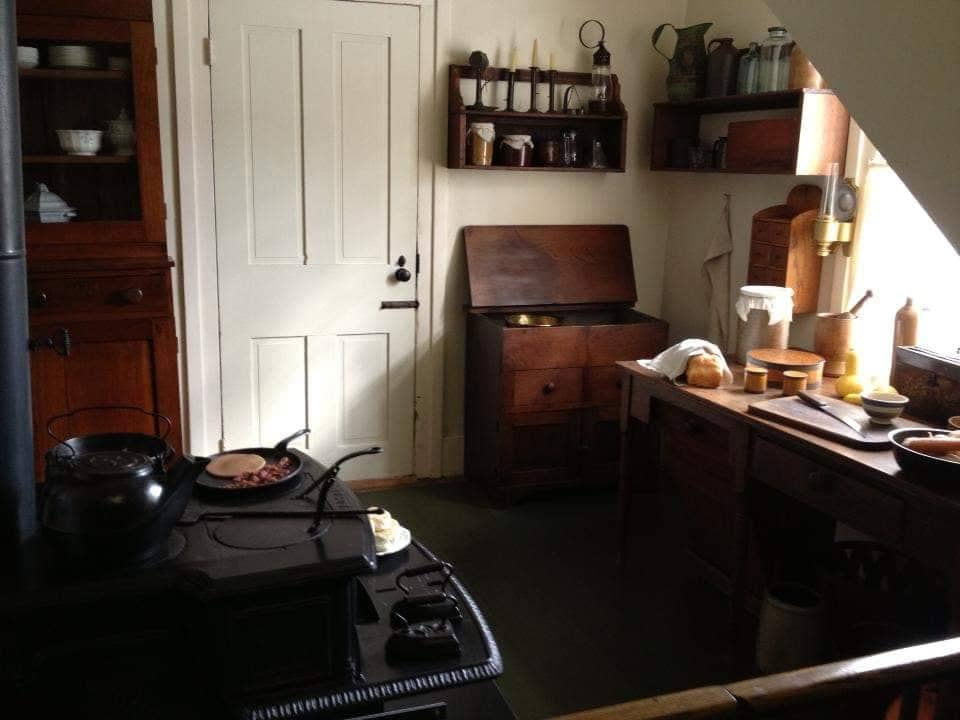 Cucina con la stufa più costosa dell'epoca della casa di Lincoln a Springfield Illinois
