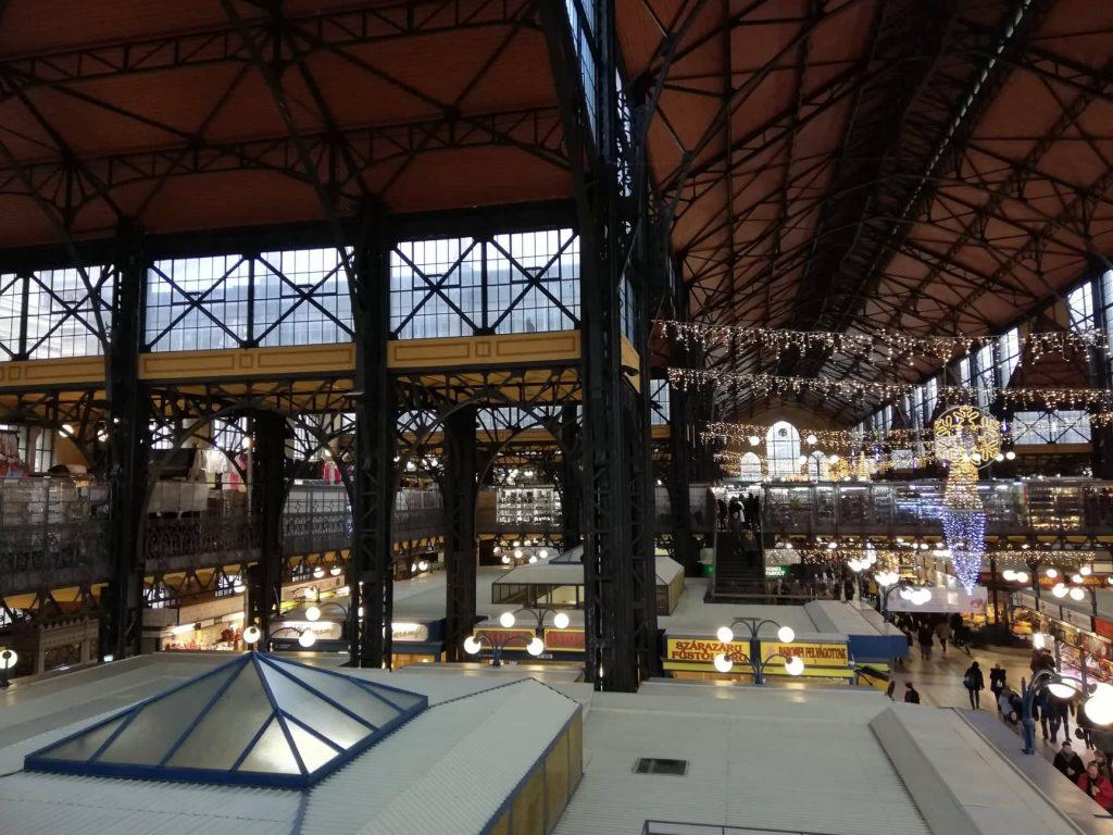 Vista dal secondo piano sul Mercato Centrale di Budapest prodotti tipici