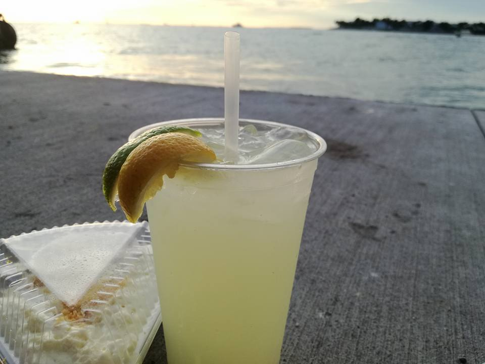 Tipica Key Lime Pie e lemonade sul molo di Key west
