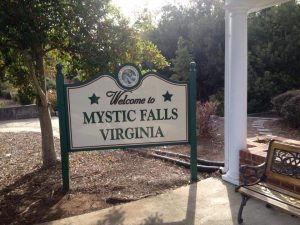 Benvenuti a Mystic Falls - Virginia - Cartello di fronte al Visitor Center di Covington