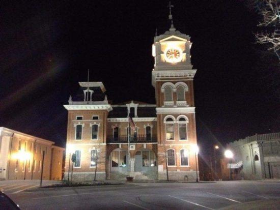 visitare-Covington-location-The-Vampire-Diaries-clocktower-by-night Cosa vedere ad Atlanta