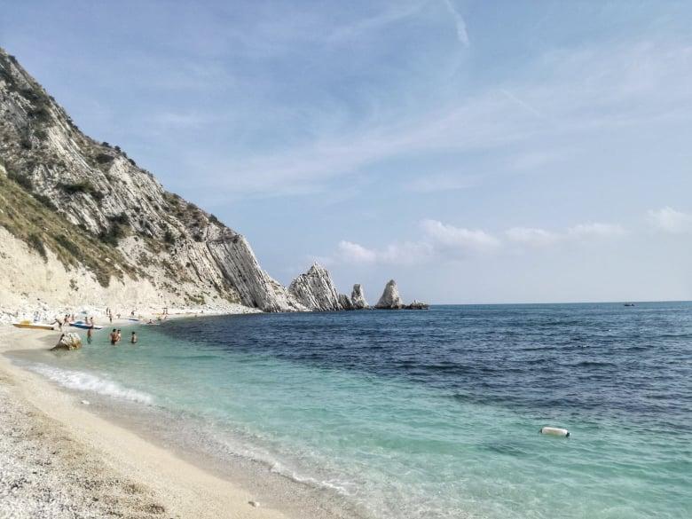 cosa fare nella Riviera del Conero all'aria aperta - Spiaggia delle Due Sorelle