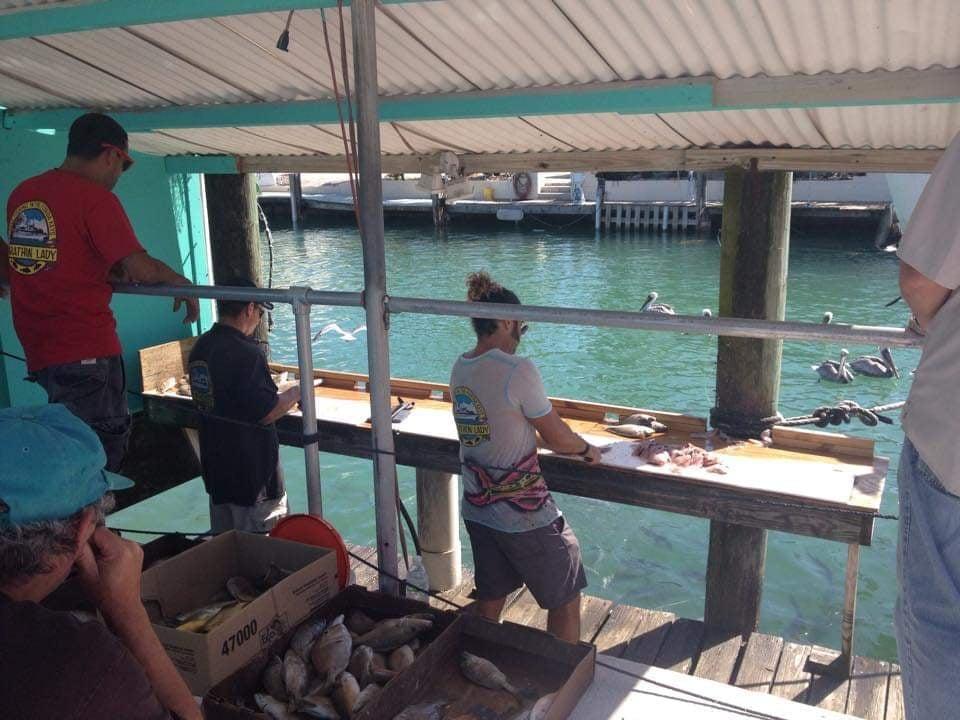 Pulizia del pescato dopo il tour di pesca con Marathon Lady Party Boat - Florida Keys