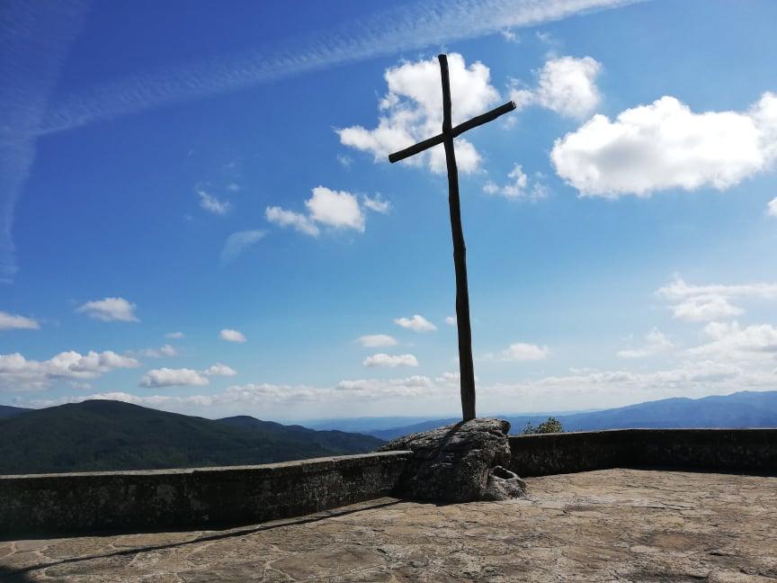 Croce in legno che domina dalla piazza principale del Santuario francescano della Verna - cosa vedere