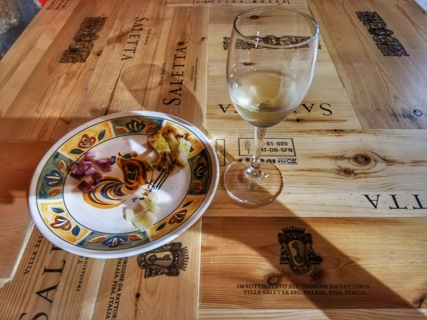 Assaggio di vino a prodotti locali - Cantine del Palazzo - palazzo Viti - cosa vedere a Volterra