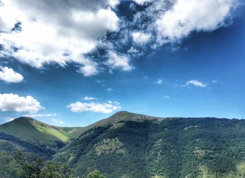 Panorama lungo la provinciale 136 Pian Perduto per raggiungere Castelluccio di Norcia e la fioritura