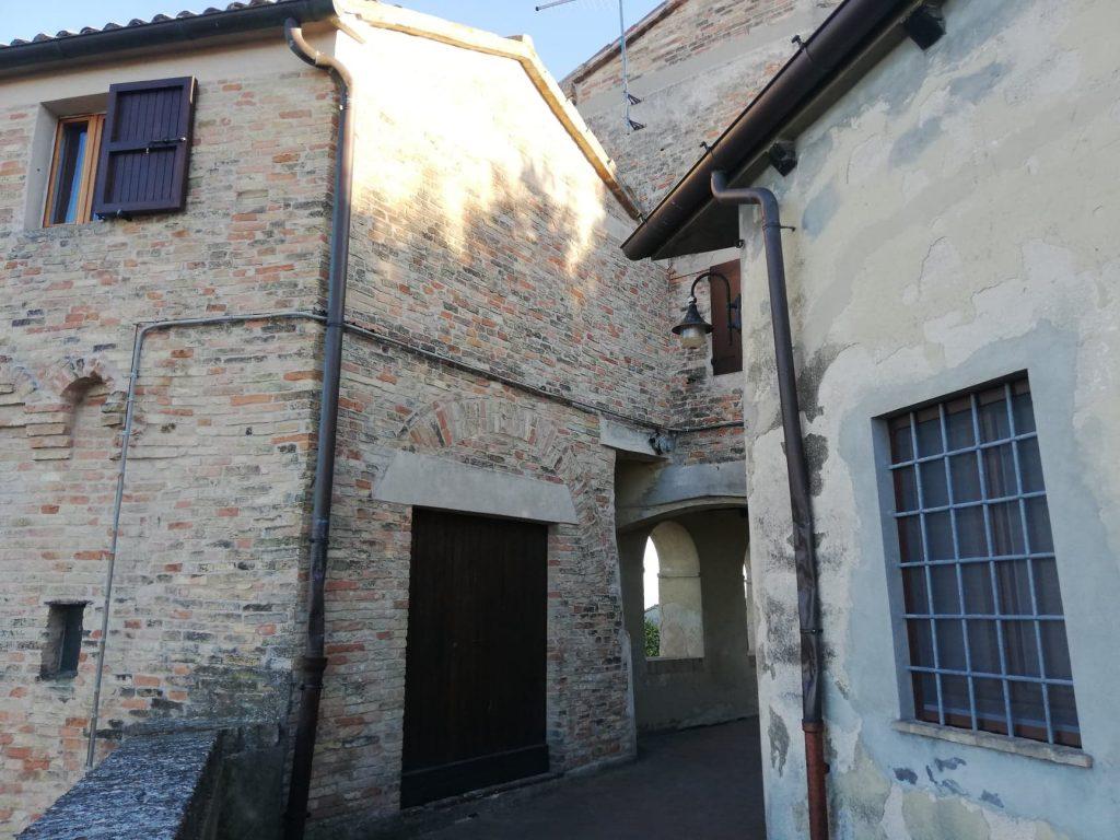 La torre Costanza con la porta della stalla del cavallo - Cosa vedere a Morro d'Alba