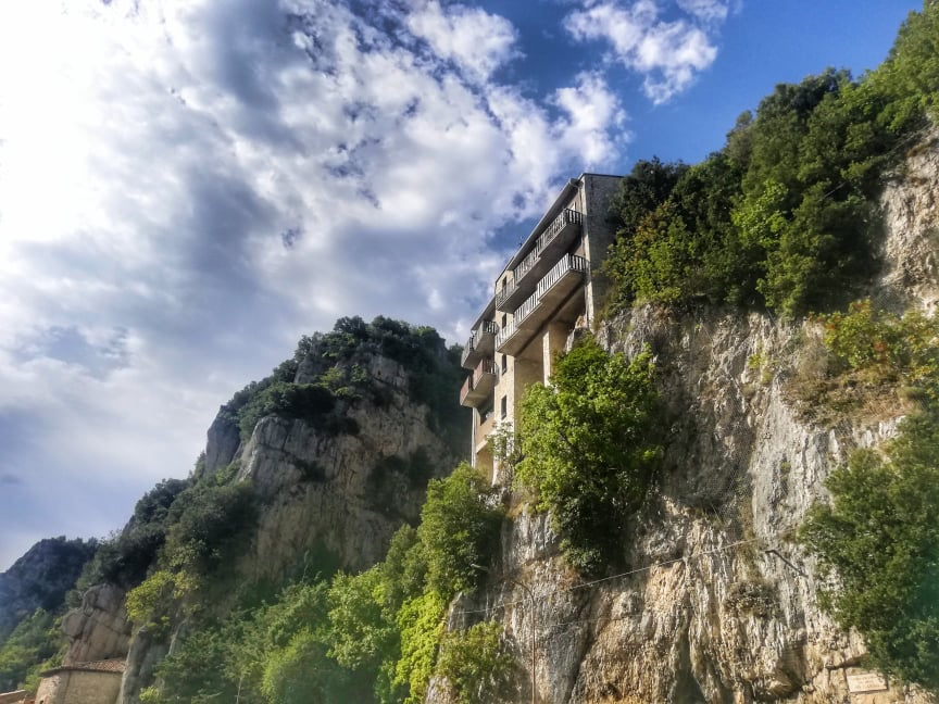 Cosa vedere a Pioraco - Casa sospesa nella roccia