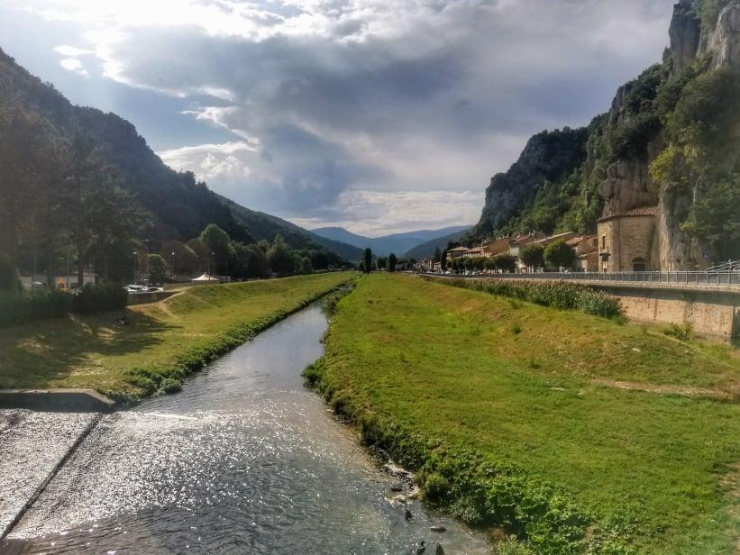 Cosa vedere a Pioraco MC- Marche - argine del fiume adatto per picnic sull'erba