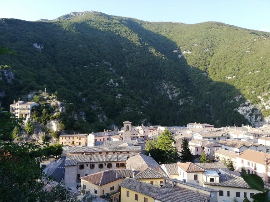 Panorama dal sentiero per la Grotta di San Vittorino Cosa vedere a Pioraco