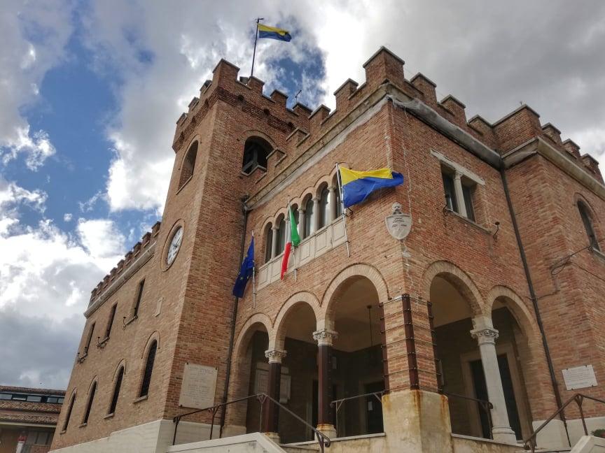 cosa vedere a Mondolfo il palazzo comunale e i tre simboli