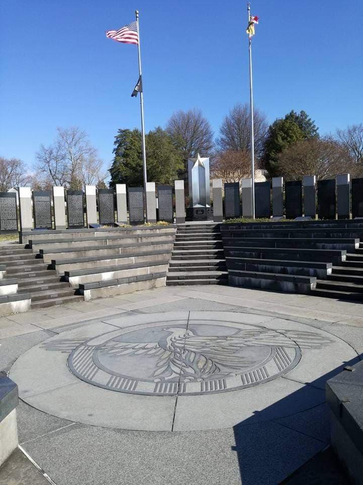 visitare il World War II Memorial di Annapolis aquila e colonna con la stella