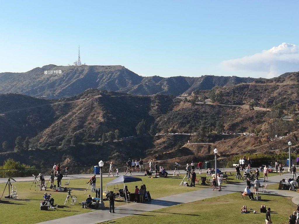 cosa fare al Griffith Park volontari con i telescopi nel parco antistante al Griffith Observatory