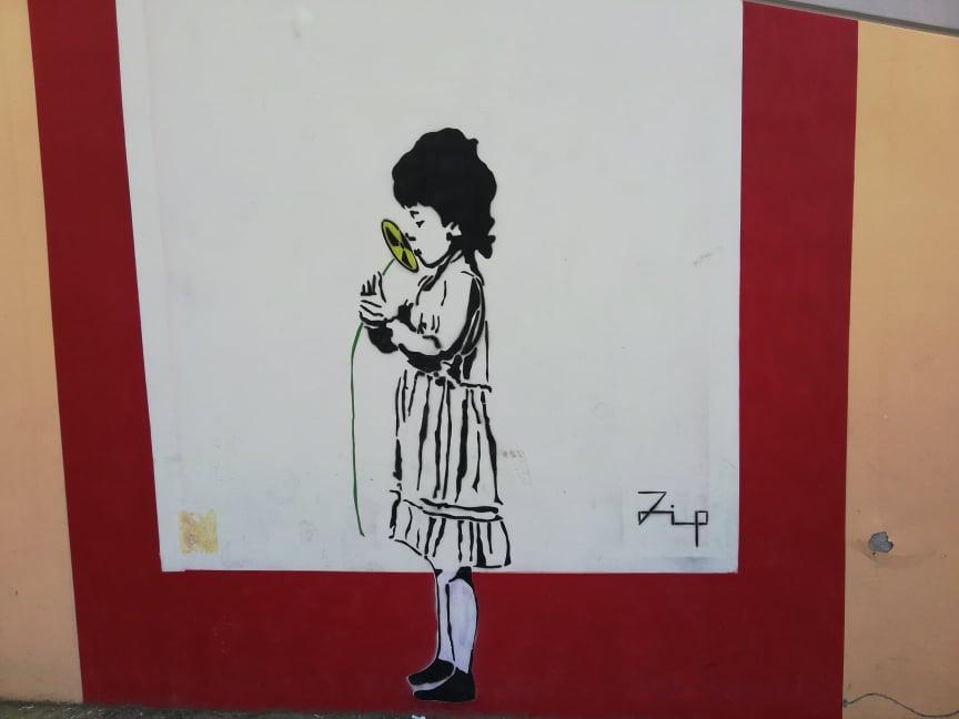 street art Ancona murales Capodimonte Zip bambina che annusa un fiore