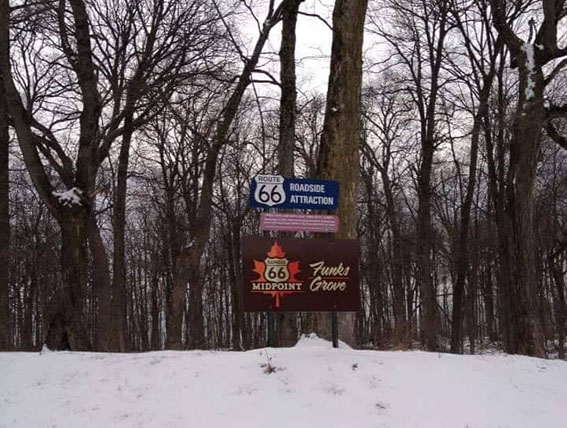 Funks Grove - Route 66 Roadside Attraction - Segnaletica per la deviazione verso il centro di produzione dello sciroppo d'acero - Attrazioni lungo la Route 66 in Illinois