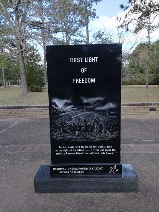 Fort Raleigh colonia perduta Roanoke stele First light of freedom