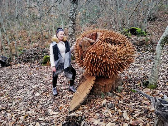 sentiero armonia sculture legno Raggiolo scultura rappresentante un riccio semi aperto con una castagna che sbuca fuori