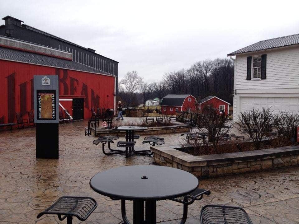 Fabbrica del bourbon Jim Beam area esterna perfetta per un pasto durante la bella stagione