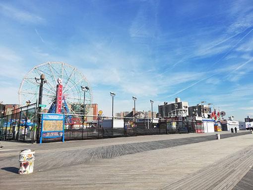 Passerella lungo la spiaggia a Coney Island Nathan's hot dog
