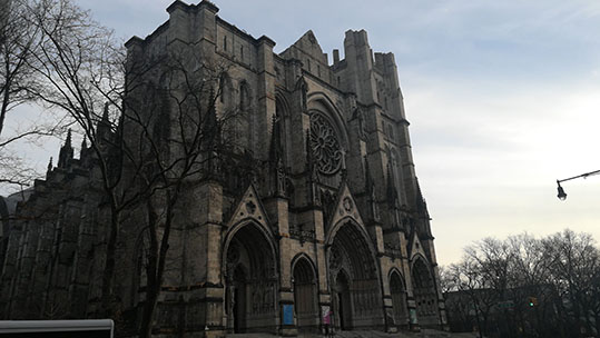 Simbolismo nella Cattedrale Saint John the Divine vista laterale con gli alberi secchi in inverno che rendono tutto più austero