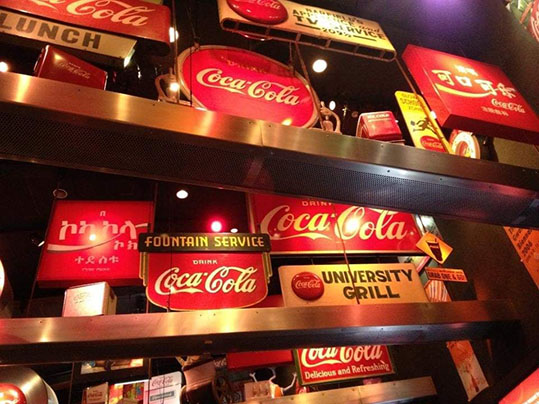 Targhe Coca Cola all'interno del museo di Atlanta